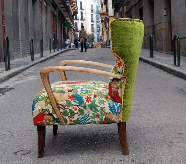 La tapicera butaca orejera tapizada con tela de frida kahlo for Sillas de madera clasicas tapizadas