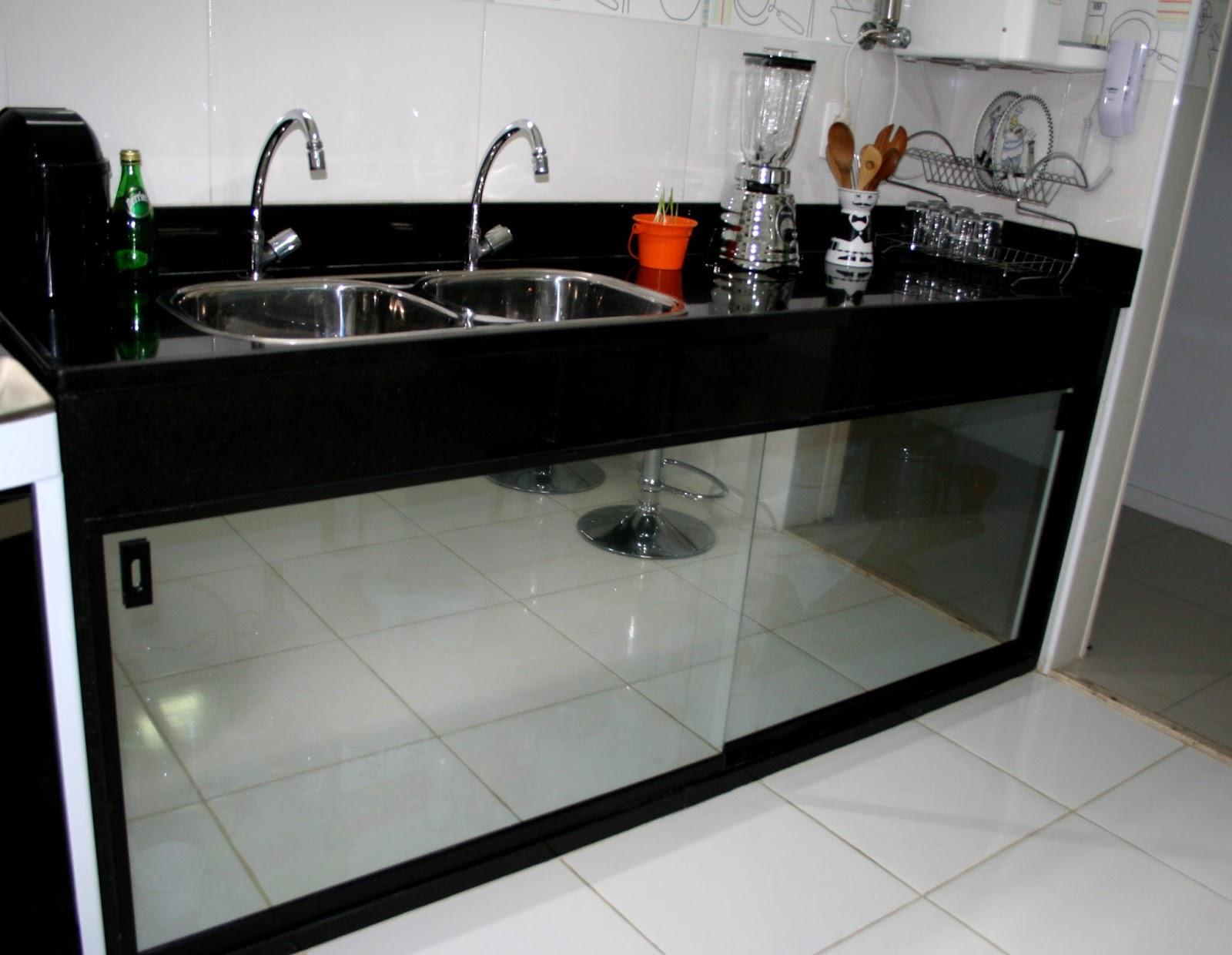 #C83303 pia é espelhada: portas de vidro com filme espelhado aplicado (sim  1600x1240 px Gabinete Para Pia De Cozinha Lojas Americanas_3501 Imagens