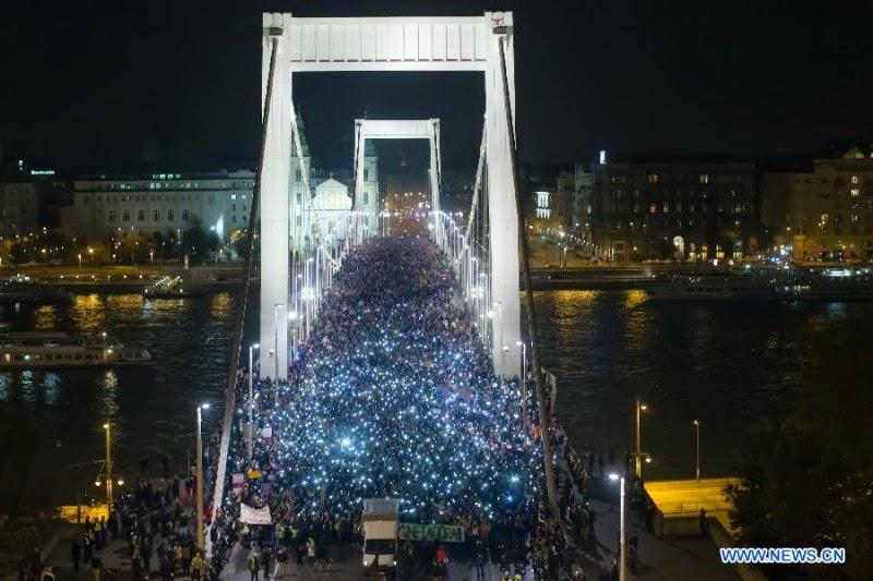 Λαϊκή εξέγερση στην Ουγγαρία για τον φόρο στο Ιντερνετ