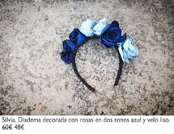 Diadema decorada con rosas artesanales en dos azules y velo liso