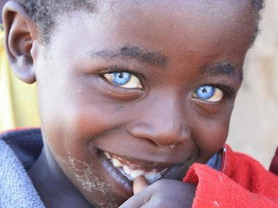 niño-ojos-color-zafiro