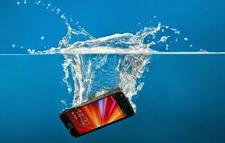Hal Yang Harus Dilakukan dan Tidak Apabila Ponsel Anda Kecebur atau Kemasukan Air