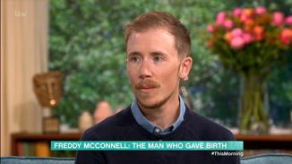 """Copilul fără nicio mamă! Actvistul transgender care a născut vrea să fie recunoscut ca """"tată"""""""