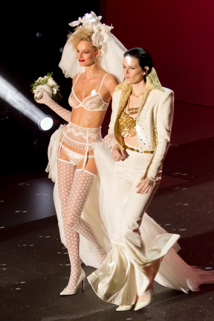 Boda de Elvis con Bimba Bose Lenceria lujo conjunto MBFW Madrid Desfile Otoño Invierno 2015: Welcome to Fabulous ANDRÉS SARDÁ