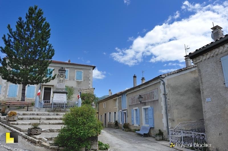 la mairie et l'ancien café de valdrome photo pascal blachier