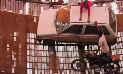 """Απίστευτο βίντεο δείχνει οδηγούς να δίνουν τα χέρια ενώ στριφογυρνάνε στο """"πηγάδι του θανάτου"""""""