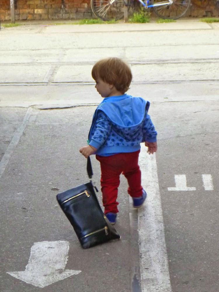 Kind mit Dokumentenmappe