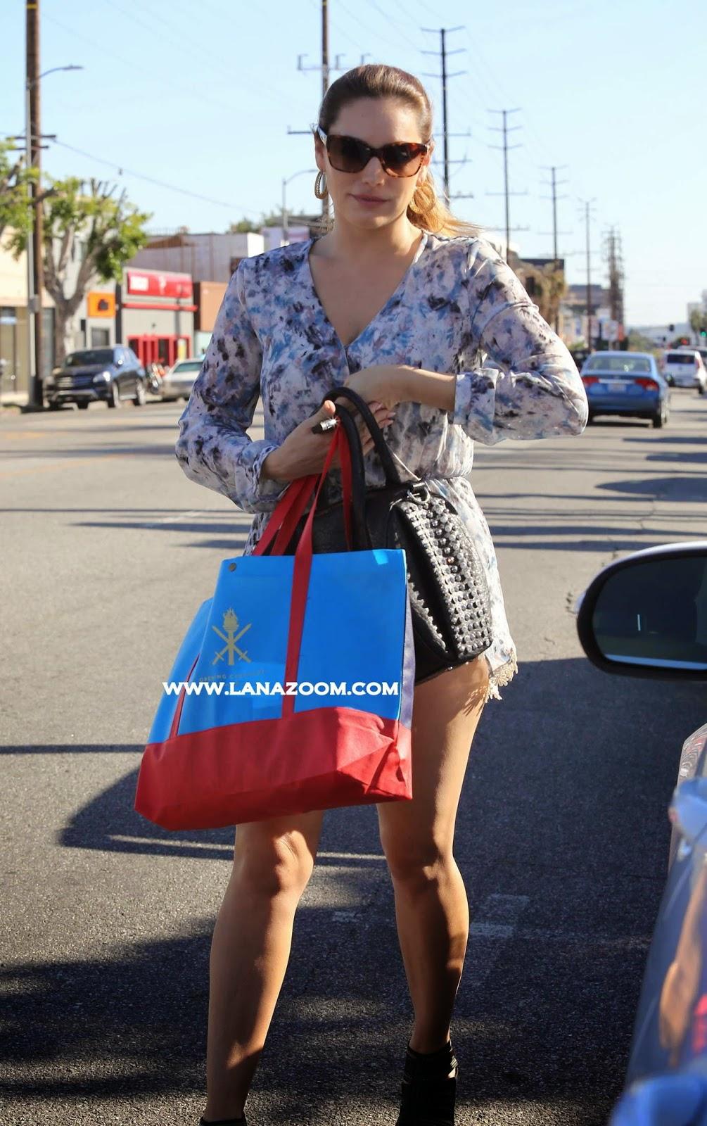 صور كيلي بروك تتنزه في لوس انجلوس بفستان قصير