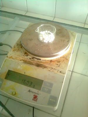 NaOH atau Soda api ditimbang dan dibuat larutan 30 % NaOH sebanyak 42