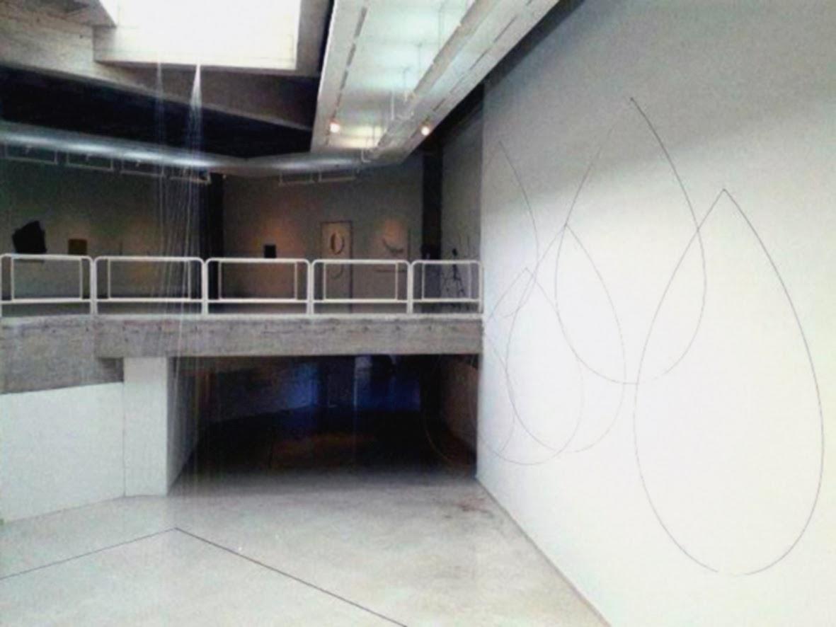 Carlos Medina, gotas (móviles) instalación en varas de acero inoxidable y nylon.
