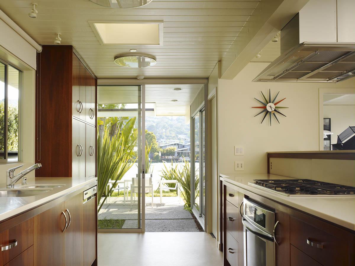 Как спланировать дизайн узкой длинной кухни: 12 способов пре.