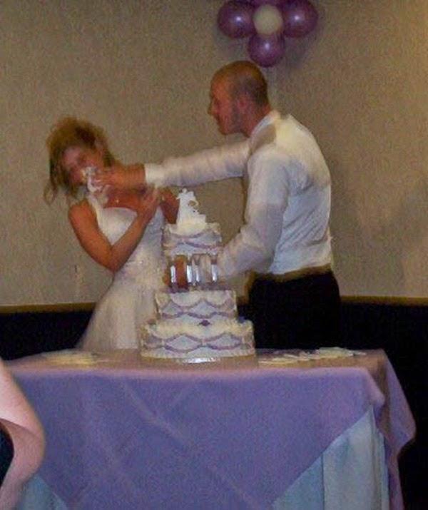 أطرف صور العروسين في حفلات الزفاف  Funny-wedding-photos-03