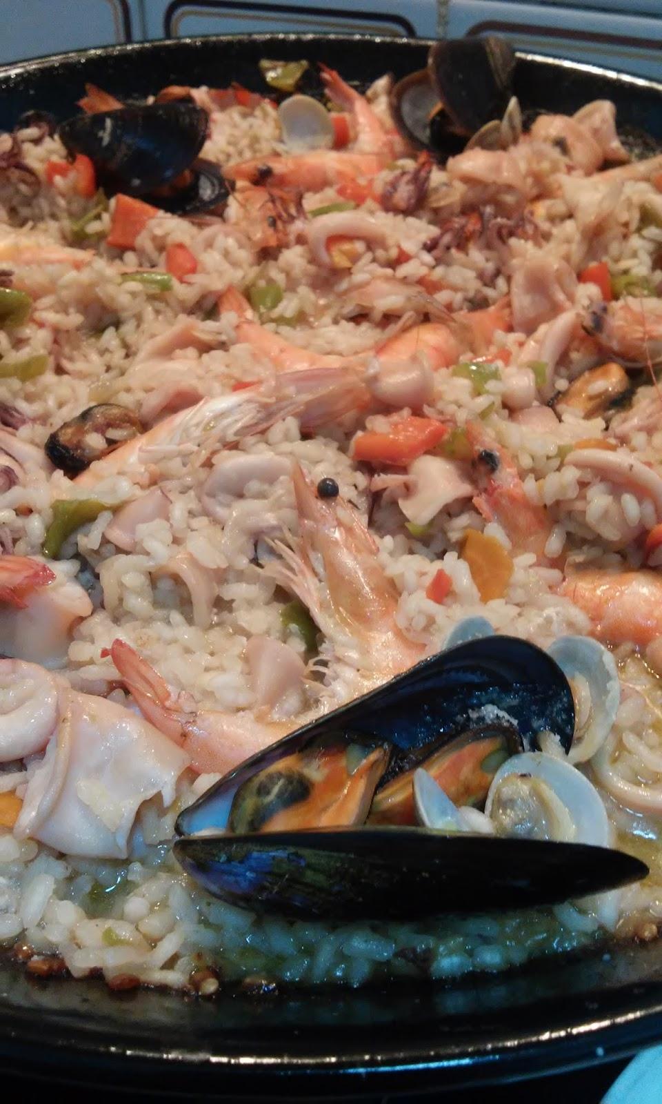 Cocinando con mandil paella de pescado - Paella de pescado ...