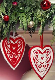 http://manualidadesnavidad.org/corazones-de-fieltro-para-navidad/