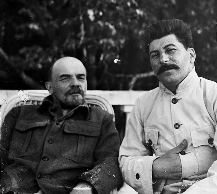 40 Amazing Historical Pictures - Lenin and Stalin at Gorki, just outside Moscow. September 1922