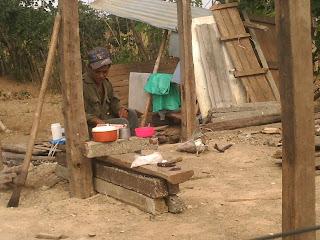 Siguen los desalojos en Cuba socialista: Viviendas reducidas a escombros en Bayamo  Un+hombre+prepara+alimentos+luego+de+que+su+vivienda+fuera+destruida+por+militares+PICT0243