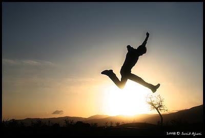 siluet orang lompat