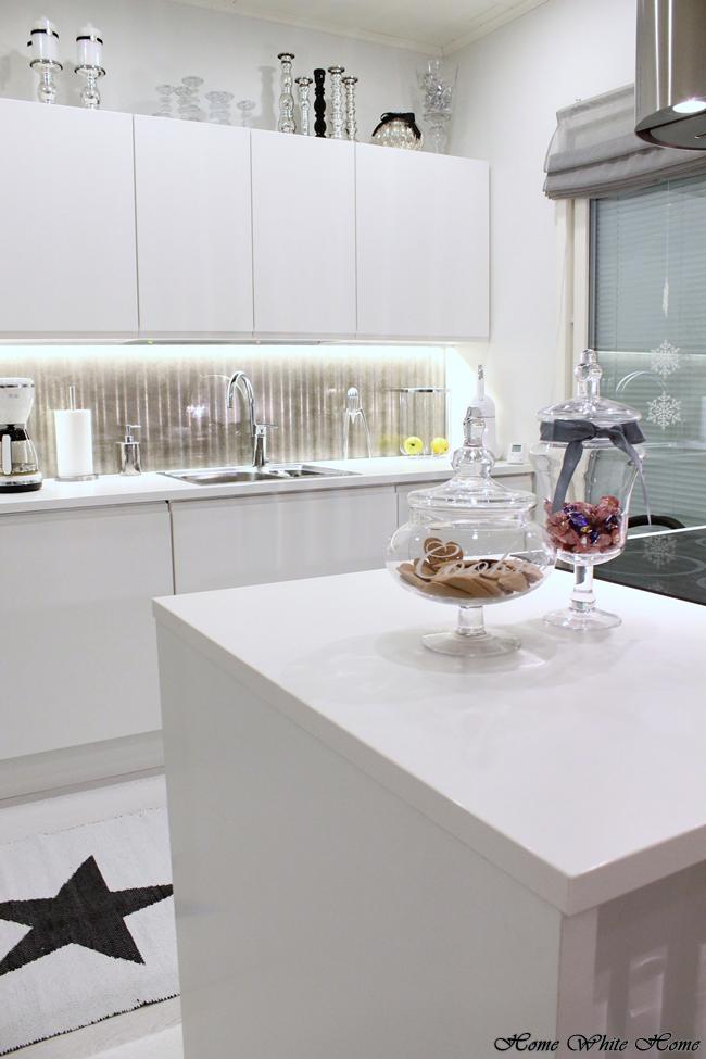 Home White Home Jouluherkkuja lasimaljassa