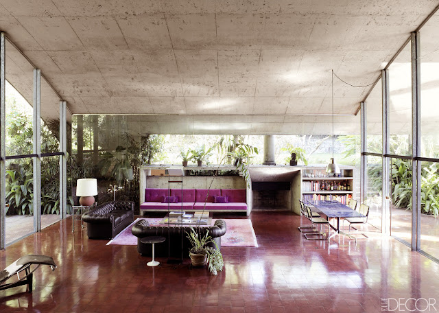 Milan Haus in Brasilien - Architektur zum luftigen Einrichten und Wohnen: Wohnzimmer als Wohnhalle mit eisenoxidroten Betonplatten