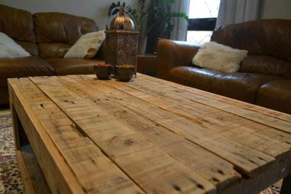 Mesa de estilo r stico hecha con palets - Mesas de tablones de madera ...