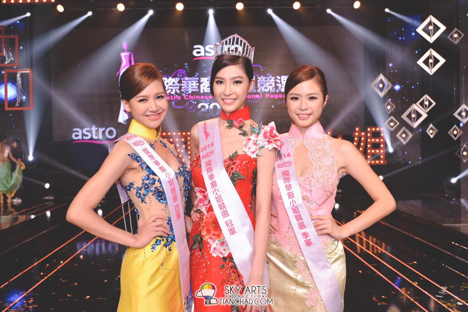 [左至右] Astro国际华裔小姐竞选2014 - 亚军Trisha郭秀文, 冠军Anjoe许愫恩与季军Grace钟欣燕