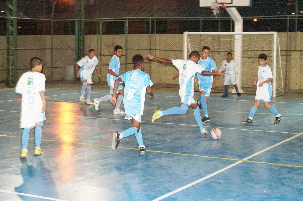 Um amistoso de futebol marcou o reinício das atividades do projeto 'Jogando pro Futuro'
