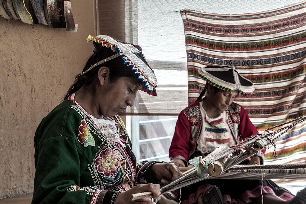 Indígenas artesanas peruanas trabajando