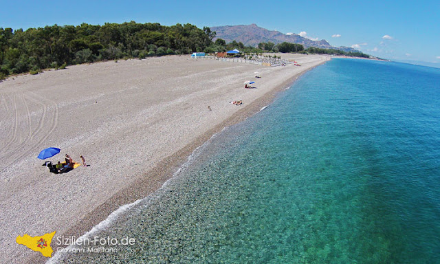 Luftaufnahme vom Strand Marina di Cottone bis Taormina