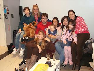 Quatro mães e a filharada reunida.