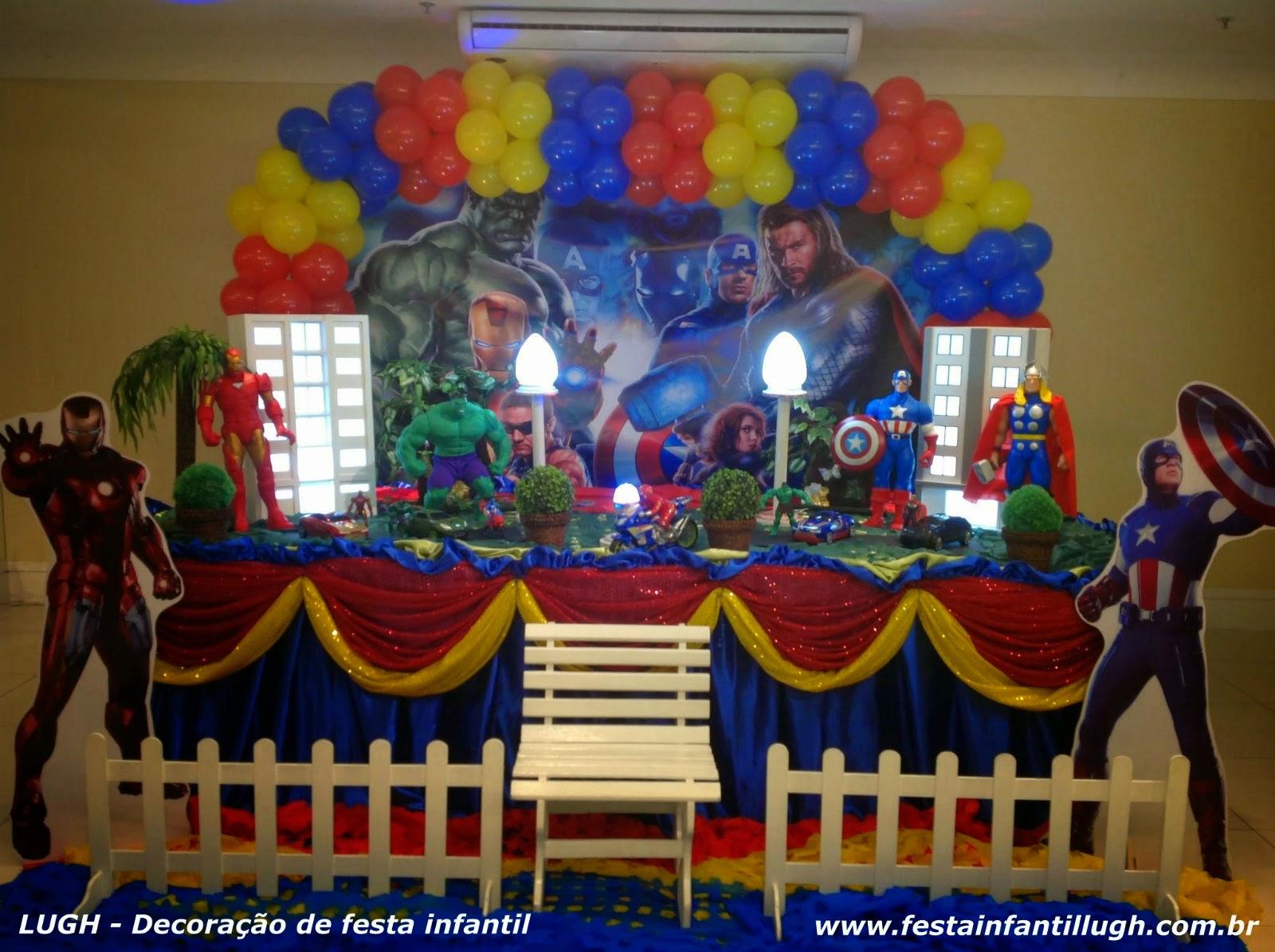 tema Vingadores para decoração de festa infantil - mesa decorada com toalhas para aniversário de meninos.