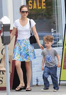 Natalie Portman mostra família feliz