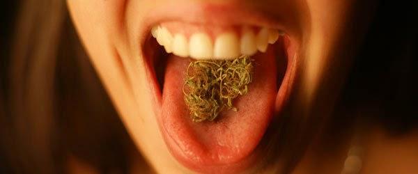 chica con marihuana en la boca