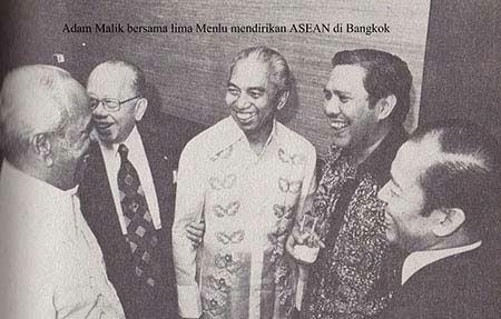 Adam Malik bersama lima Menlu mendirikan ASEAN di Bangkok