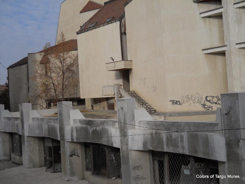 Graffiti pe pereti Teatrul National Tirgu Mures.