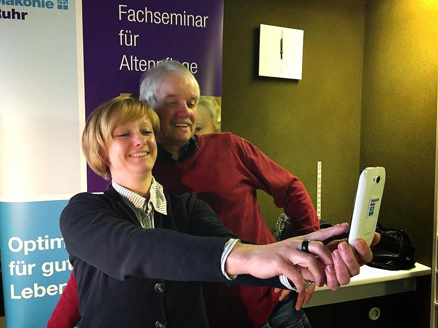 Marion Hohmann zum ersten Mal im Radio: Das musste per Selfie festgehalten werden. (Foto: Marek Schimer)