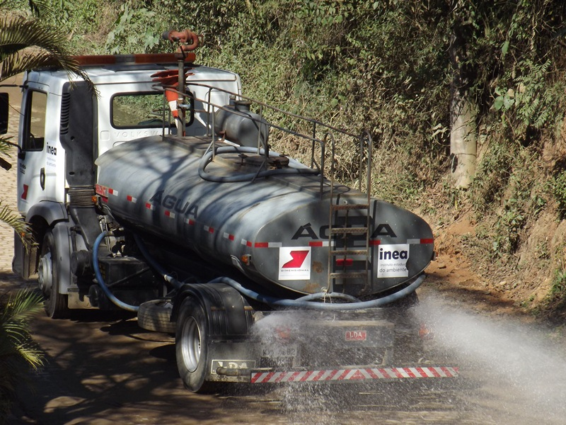Caminhão pipa molha a rua evitando a poeira