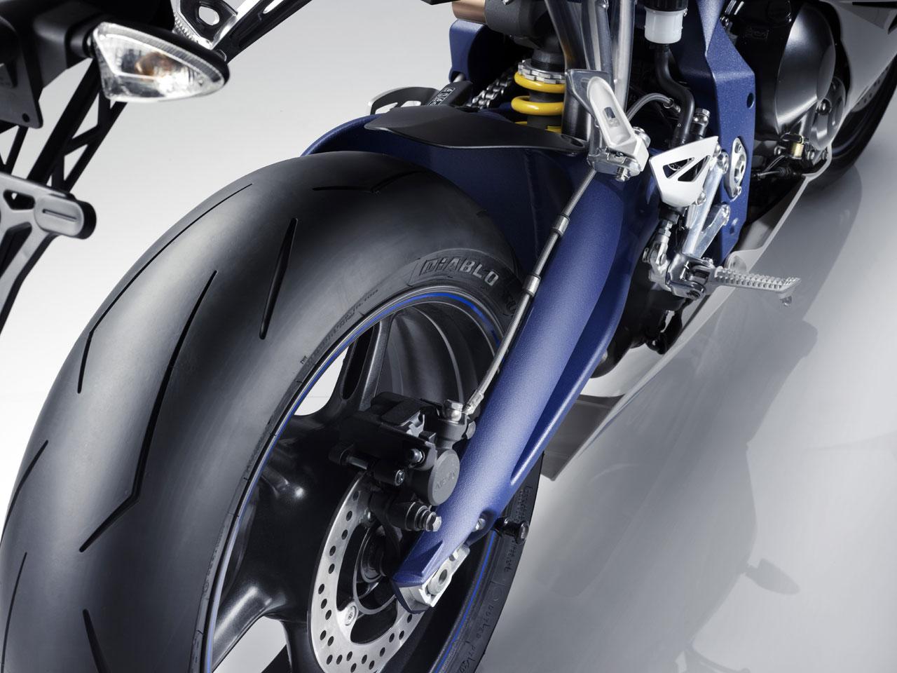 http://4.bp.blogspot.com/-Z4g_i3FPAJ0/Teey-GKYLMI/AAAAAAAAA9c/sFOUZ15aPQ0/s1600/2010-Triumph-Daytona-675-SE-Wheel.jpg