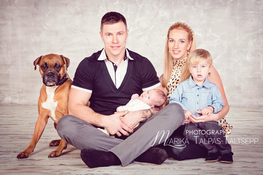 perefoto-koer-põrandal