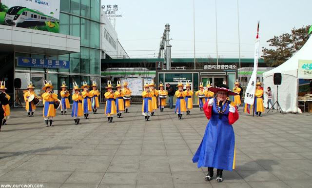 Actuación folclórica coreana en Chuncheon