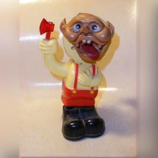 Muñeco deforme amenazando con un hacha