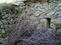 Mur amb restes d'opus spicatum a Cal Campaner