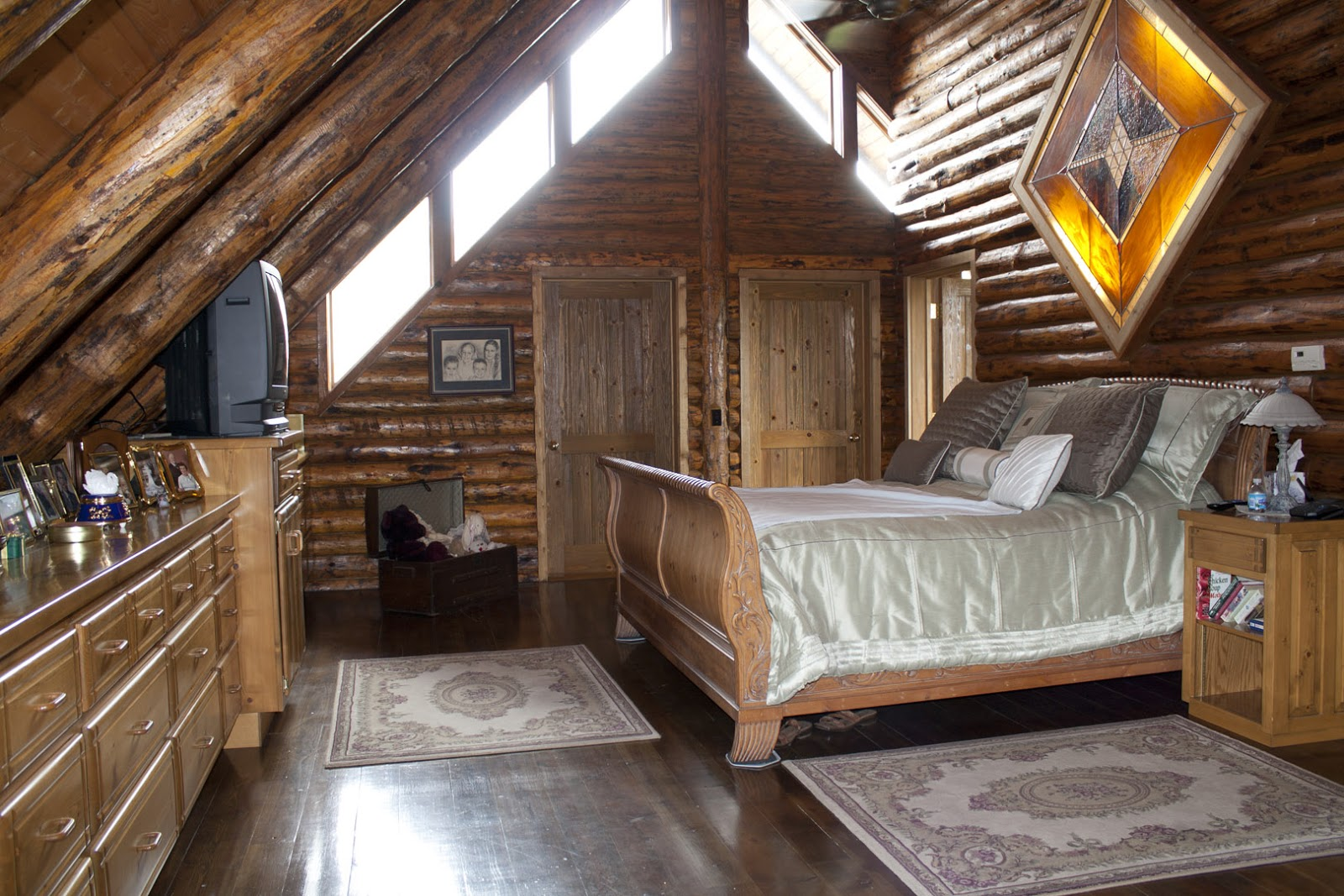 Log Home On Northfork Stately Loft Master Bedroom