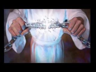 A paz do Senhor jesus a todos. Hoje iremos estudar a passagem de Paulo e Silas na prisão, o poder do louvor, e da oração. Venha comigo, e seremos agraciados com mais uma palavra de benção para nós. Segue abaixo, os versículos correspondentes, caso você queira acompanhar;  E aconteceu que, indo nós à oração, nos saiu ao encontro uma jovem, que tinha espírito de adivinhação, a qual, adivinhando, dava grande lucro aos seus senhores.  Esta, seguindo a Paulo e a nós, clamava, dizendo: Estes homens, que nos anunciam o caminho da salvação, são servos do Deus Altíssimo.  E isto fez ela por muitos dias. Mas Paulo, perturbado, voltou-se e disse ao espírito: Em nome de Jesus Cristo, te mando que saias dela. E na mesma hora saiu.  E, vendo seus senhores que a esperança do seu lucro estava perdida, prenderam Paulo e Silas, e os levaram à praça, à presença dos magistrados.  E, apresentando-os aos magistrados, disseram: Estes homens, sendo judeus, perturbaram a nossa cidade,  E nos expõem costumes que não nos é lícito receber nem praticar, visto que somos romanos. E a multidão se levantou unida contra eles, e os magistrados, rasgando-lhes as vestes, mandaram açoitá-los com varas.  E, havendo-lhes dado muitos açoites, os lançaram na prisão, mandando ao carcereiro que os guardasse com segurança.  O qual, tendo recebido tal ordem, os lançou no cárcere interior, e lhes segurou os pés no tronco. E, perto da meia-noite, Paulo e Silas oravam e cantavam hinos a Deus, e os outros presos os escutavam.  E de repente sobreveio um tão grande terremoto, que os alicerces do cárcere se moveram, e logo se abriram todas as portas, e foram soltas as prisões de todos.  E, acordando o carcereiro, e vendo abertas as portas da prisão, tirou a espada, e quis matar-se, cuidando que os presos já tinham fugido.  Mas Paulo clamou com grande voz, dizendo: Não te faças nenhum mal, que todos aqui estamos. E, pedindo luz, saltou dentro e, todo trêmulo, se prostrou ante Paulo e Silas.  E, tirando-os para fora, di
