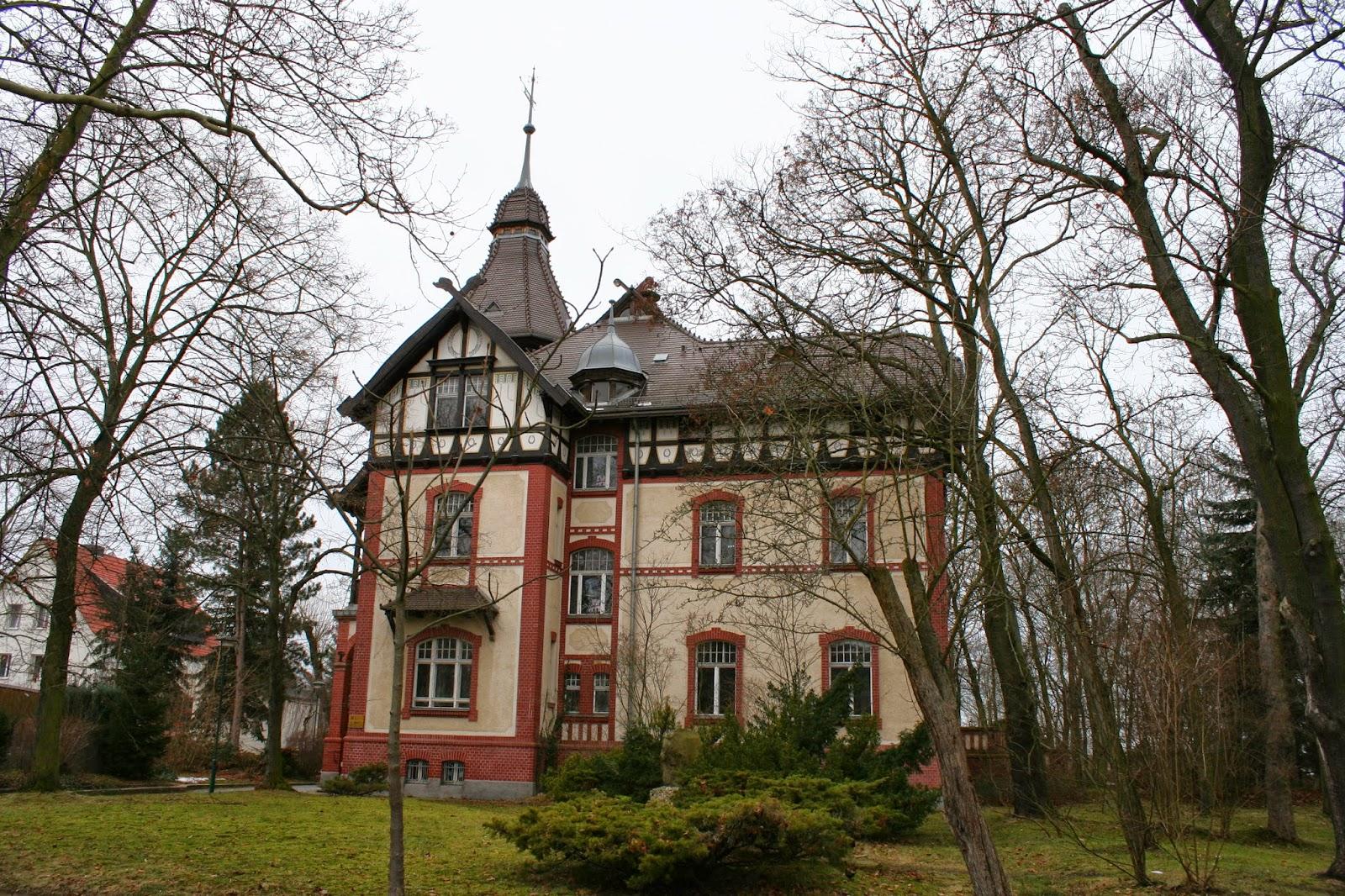 Das Gebäude steht direkt in einem Park und wurde von 1904 bis 1906 als Villa erbaut - Blick von der Geschwister-Scholl-Straße