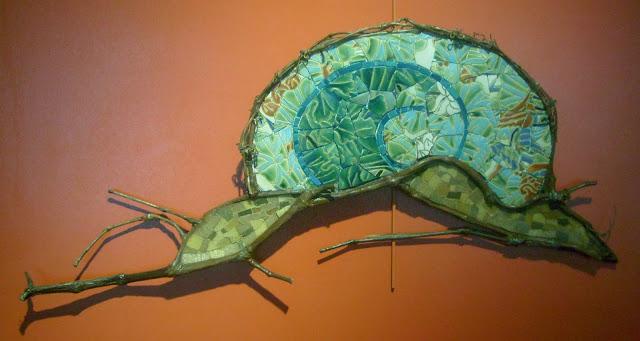 dure vie d'un escargot vert création d'une oeuvre murale en mosaïque branches  de vigne faïence pâte de verre mécanisme  par l'artiste severine peugniez
