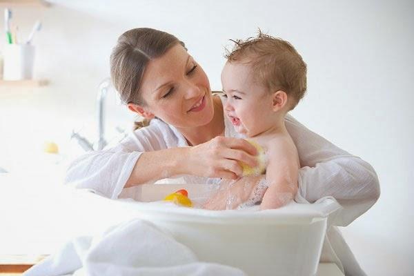 Chăm sóc da bé sơ sinh, mẹ cần lưu ý gì?