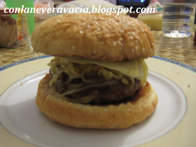 Un Caprichito Hamburguesa Con Cebolla, Queso Y Huevo Frito