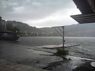 Σφοδρή καταιγίδα αυτήν την ώρα στην Καστοριά