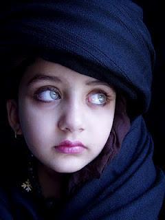 طفلة أفغانية صاحبة أجمل عيون في العالم ~ ما شاء الله !!