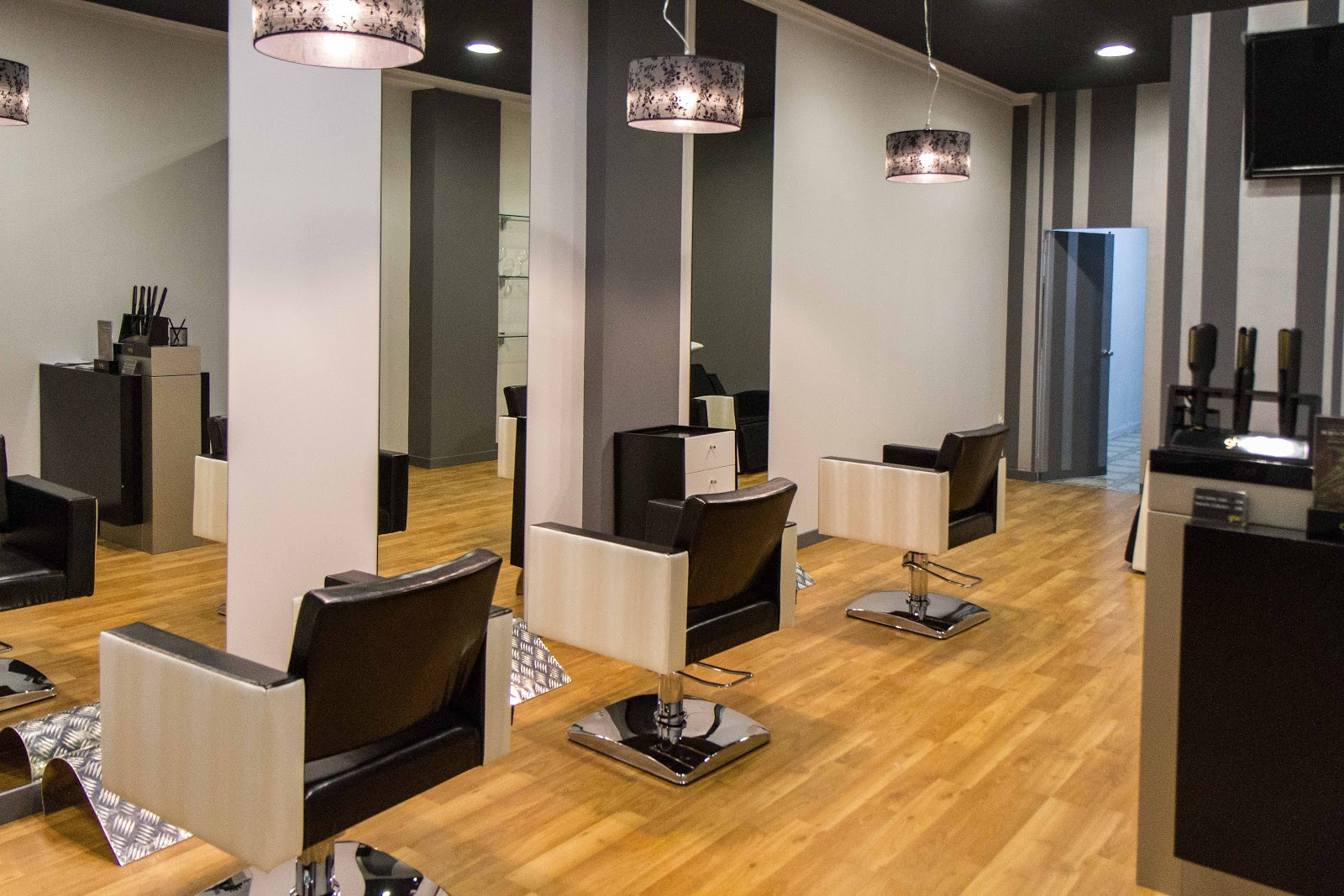 Decovera mobiliario de peluquer a inauguracion de las for Mobiliario de salon moderno